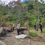Dirbinmas Polda Sulteng Pimpin Pembersihan Puing Rumah yang Dibakar Kelompok MIT Poso